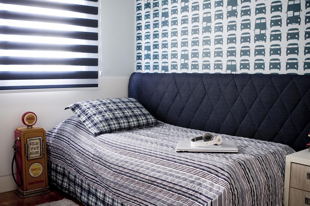 Cabeceira em jeans, persiana twin e papel de parede Kombi  Foto: Mira Cerviño