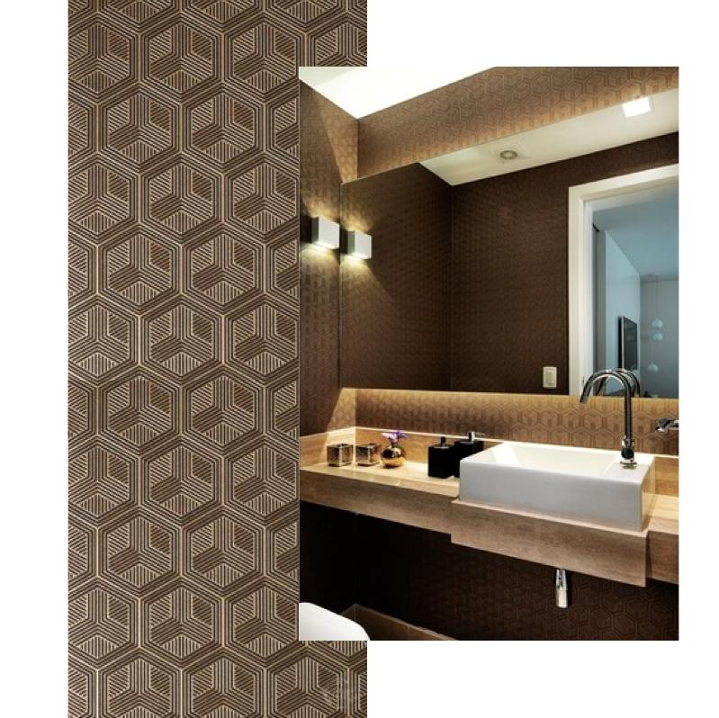 Detalhe do papel de parede marrom com desenhos geométricos em dourado e o ambiente ao lado com o mesmo produto aplicado Foto: Sidney Doll