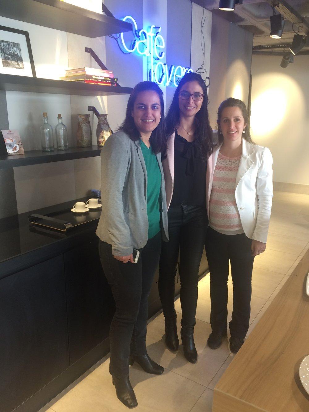 Foto 04: As arquitetas Fatima (esquerda) e Thaís (direita) assistiram a palestra da Luana (centro) na Portobello Shop Vila Olímpia  Fonte: Madi Arquitetura & Design