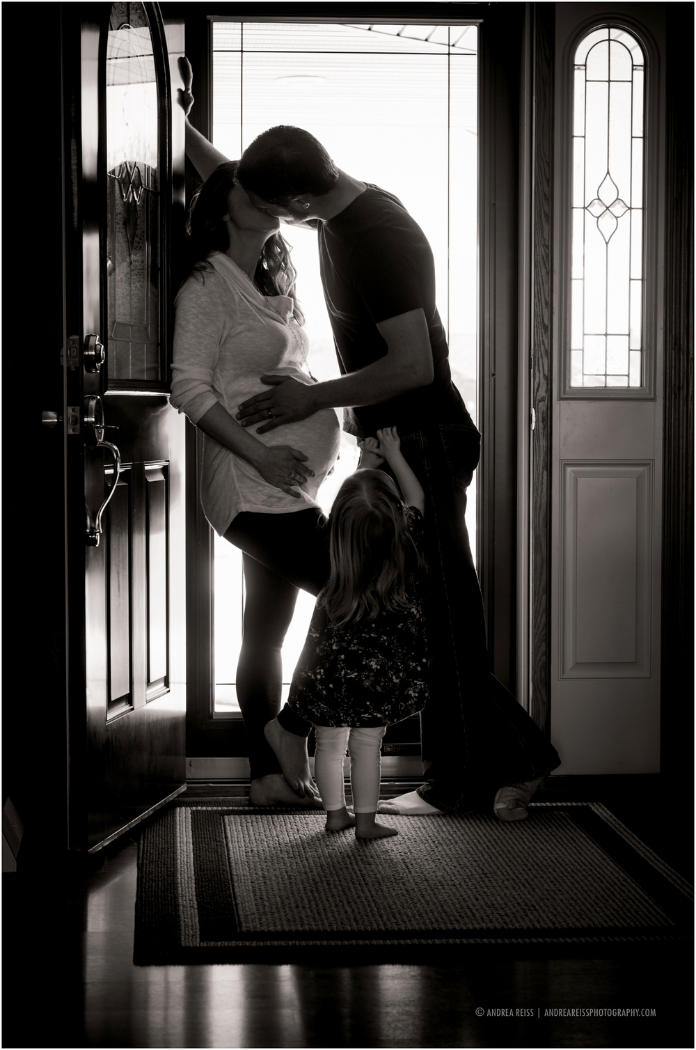 family-doorway-kissing-photo