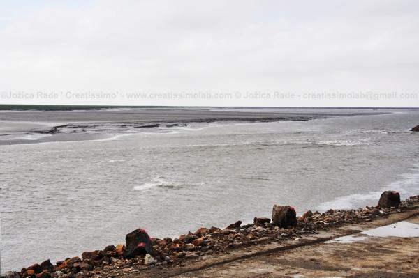 (Ali vidite kako visoka plima izpodriva nazaj tok reke? - in to na mestu, kjer pred 20 minutami sploh ni bilo vode?!)