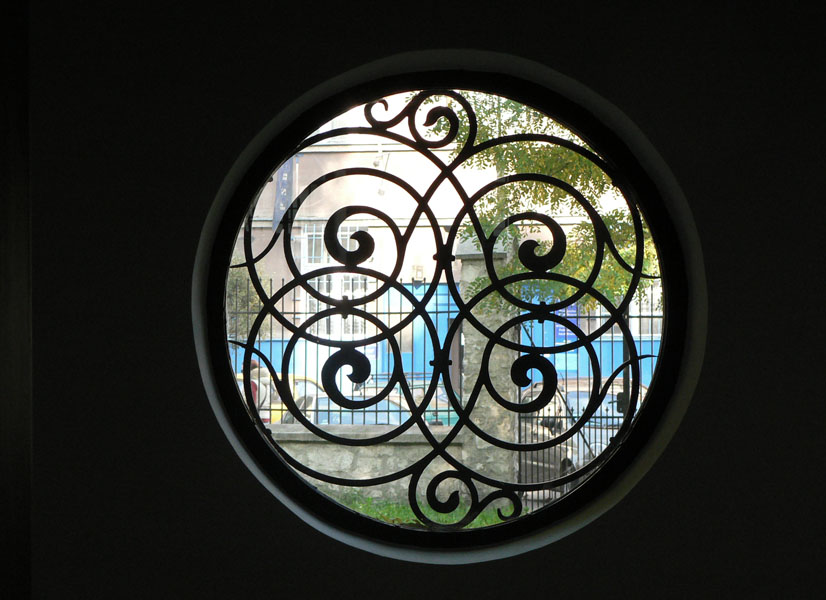 Kupa synagogue window Krakow.jpg