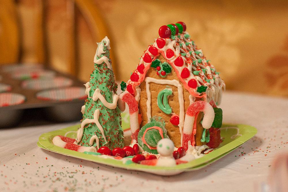 HomemadeGingerbreadHouse-Christmas2014-HeidiRandallStudios-8.jpg