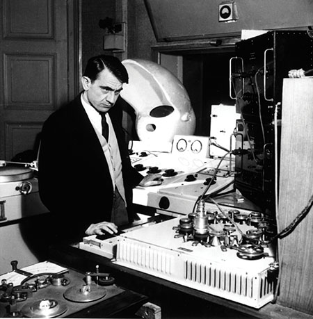 Pierre Schaffer with a Phonogene in his studio, 1951.