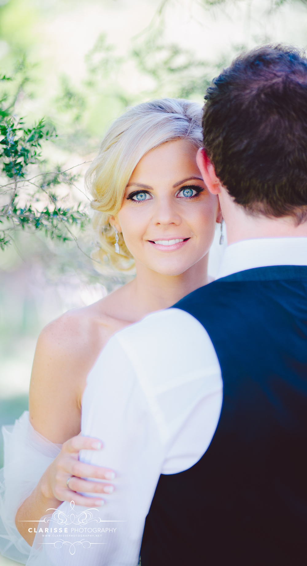 Beautiful-blue-eyed-bride-melbourne-botanical-gardens-in-summer-wedding-day-kirsty.jpeg