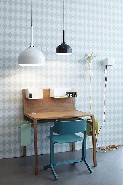 1. MINIMIZA.Los escritorios ya no necesitan tanto espacio como antes. Cada vez usamos menos papel y las computadoras ya no son los refrigeradores gigantes que solían ser. Opta por un escritorio pequeño, cómodo y suficiente.