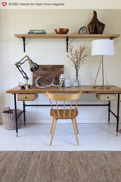 4. REPISAS. Si tienes espacio, coloca una o dosrepisas que combinen con tu escritorio para aprovechar la altura y colocar objetos decorativos y funcionales.