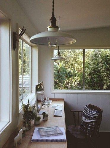 6. LA VISTA. Si no tienes problemas de distracción, te recomendamos que coloques tu escritorio cerca de una ventana, de preferencia al sur o al poniente para que no tengas demasiado sol por las mañanas.