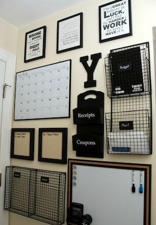 8. CENTRO DE COMANDO. Coloca bandejas, pizarrones, dispensarios, un reloj, artículos decorativos y todo lo que se te ocurra para ahorrar espacio y mantener tu escritorio ordenado.