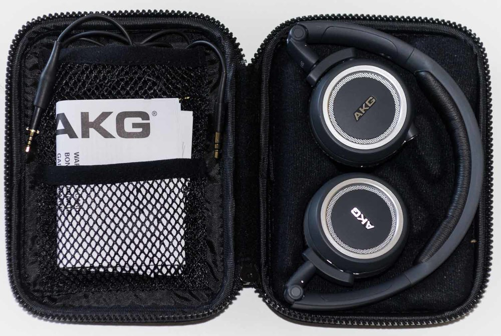 Größentechnisch ist der AKG K450 recht kompakt. Mit dem 3D-Axis Falt-Mechanismus, ist der Kopfhörer perfekt für Reisen.