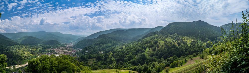 Klick mich - Panorama des Schwarzwaldes bei Schloss Eberstein mit Blick auf Gernsbach und die Murg