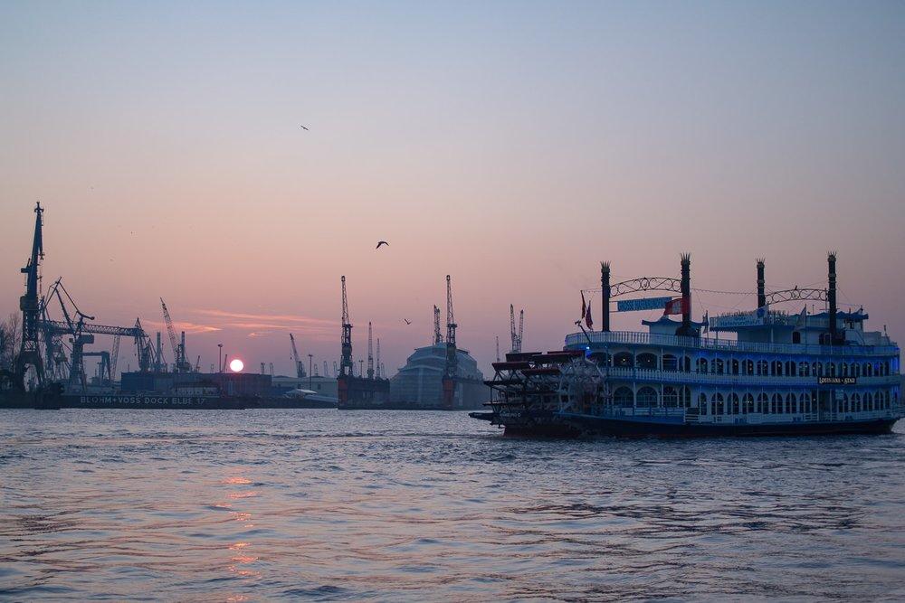 Elbphilharmonie Elbe Hafen Dampfer Eis Sonnenuntergang.jpg