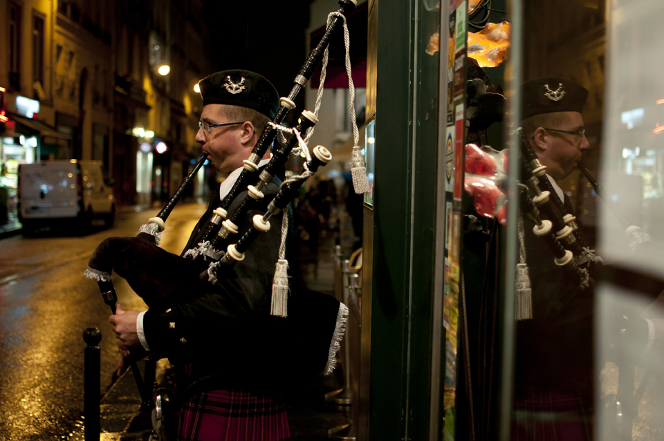 Piper welcoming the guests, rue de Richelieu
