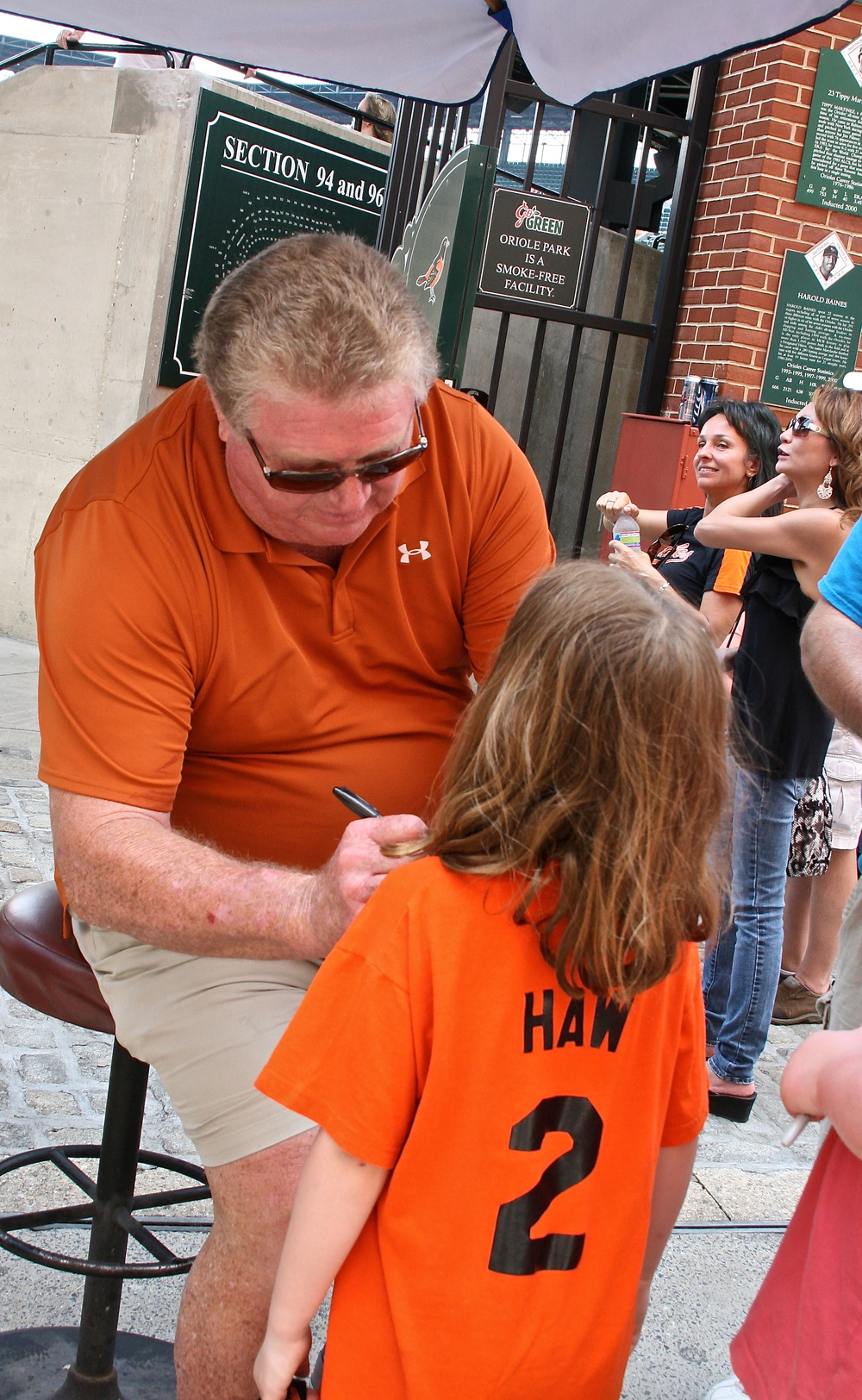 Boog Powell signs autographs for the kids