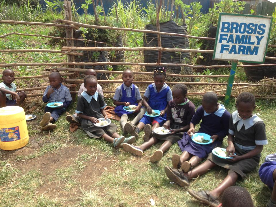 Students eat lunch by the farm.