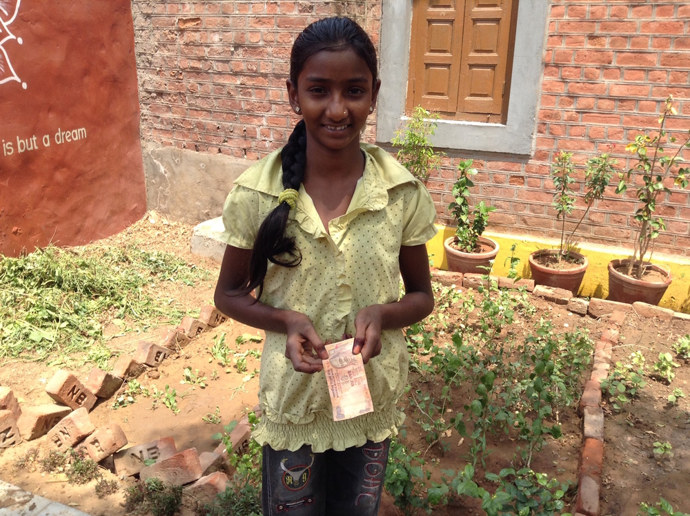 Laxmi receives 10 Rupees for some palak.