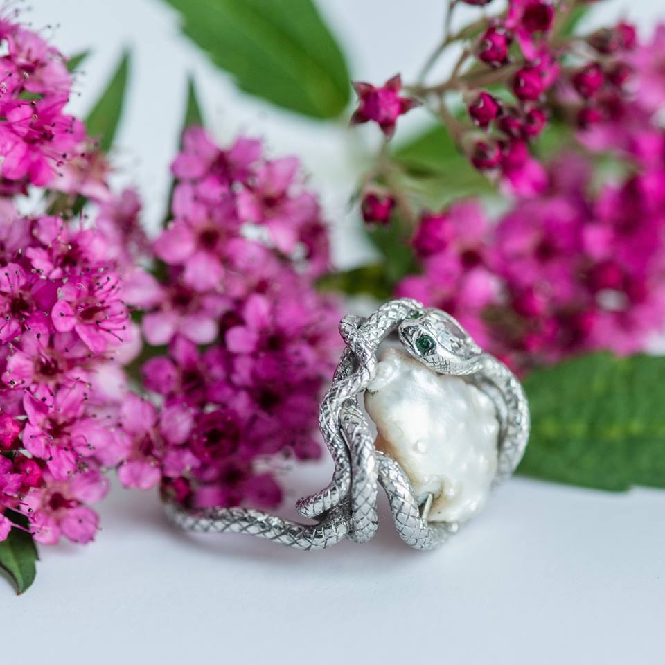 FUN FACT 👩‍🏫 Did you know that Prince Albert gave Queen Victoria a snake ring set with her birthstone, an emerald, as her engagement ring? This quickly started the trend for serpentine adornments, which were ancient symbols of eternal love! So sweet 😍The ring pictured below was probably crafted some 50 years later, which goes to show the power of influence over ever evolving trends through the decades. 🐍💎 Shop this serpentine dream  HERE !