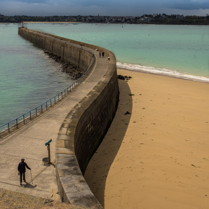 st.malo_sea_wall_snakes_out_to_sea.jpg