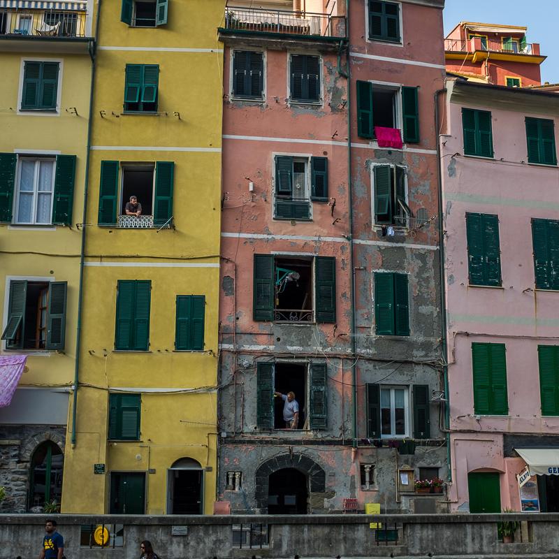 cinque_terre_riomaggiore_coloured_houses.jpg