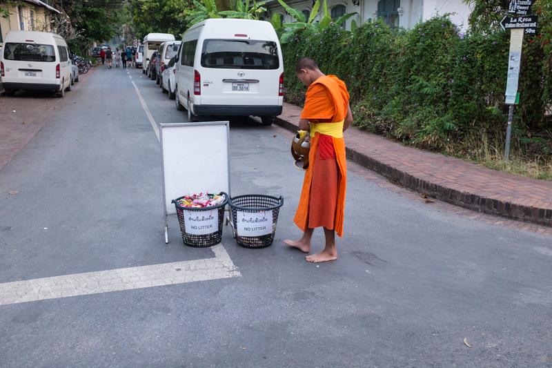 monks_ditch_food_alms_giving_cermony_luang_prabang.jpg