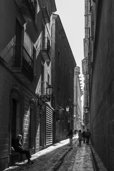 barcelona-gothic-quarter-narrow-street-black-and-white.jpg