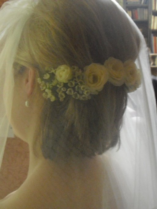 bride short hair style with flowers and veil