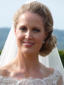 Bride wearing side bun with veil