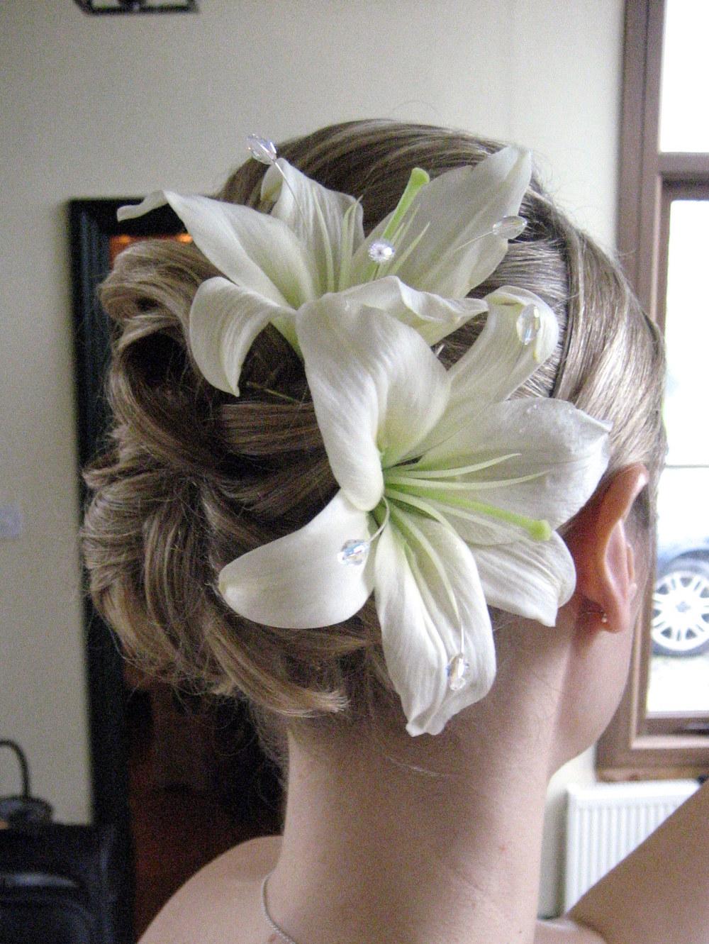 Лилии в свадебной прическе