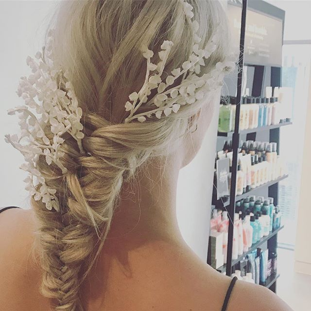 BUMBLE + BUMBLE x LUNA BEA . . Loved working with these awesome brands last week, creating shapes that are beautiful & feminine but also the antithesis of what we know as 'bridal' hair.  Can't wait to share the real images by @rachel_takes_pictures Soon! 💫✨🌙⚡️ . . . #weddinghairbutcooler #bts #photoshoot #bumbleandbumble #hair #hairideas #haireducator #hairstylist #makeupartist #weddinghair #destinationwedding #lunabea #accesories #bridalhaircourse #haircourse #haitraining #weddinghaircourse 💋