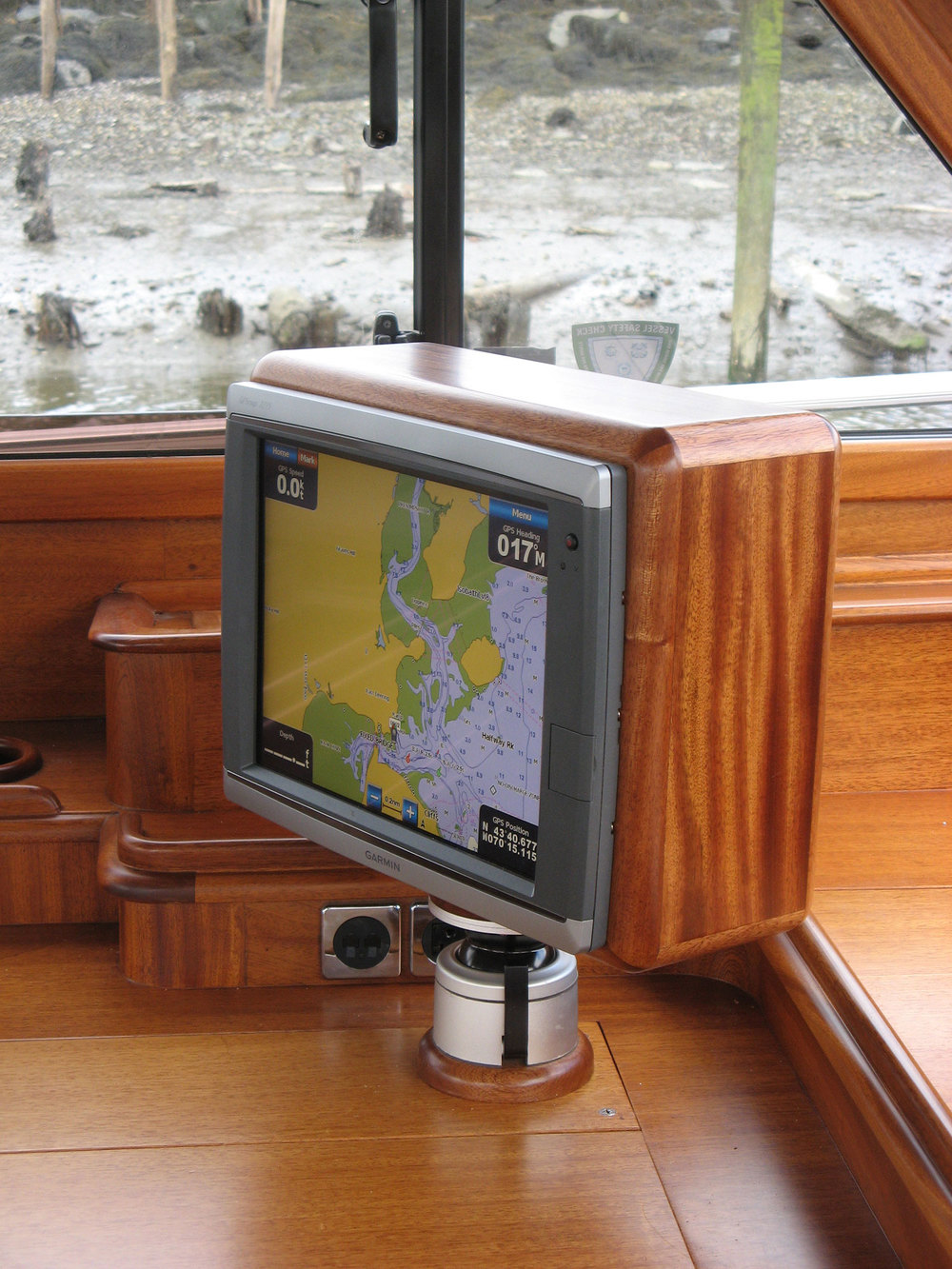 1500-Custom-chartplotter-box-and-swivel-mount.jpg