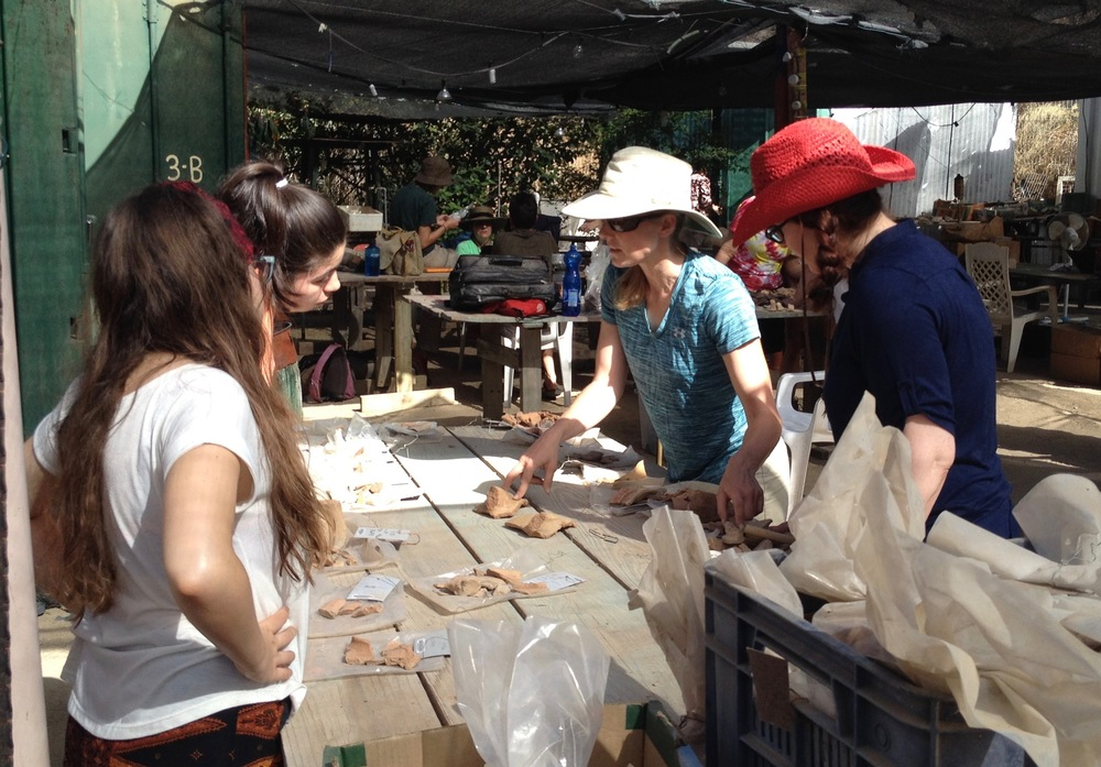 Kate discusses Hellenistic pottery with volunteers