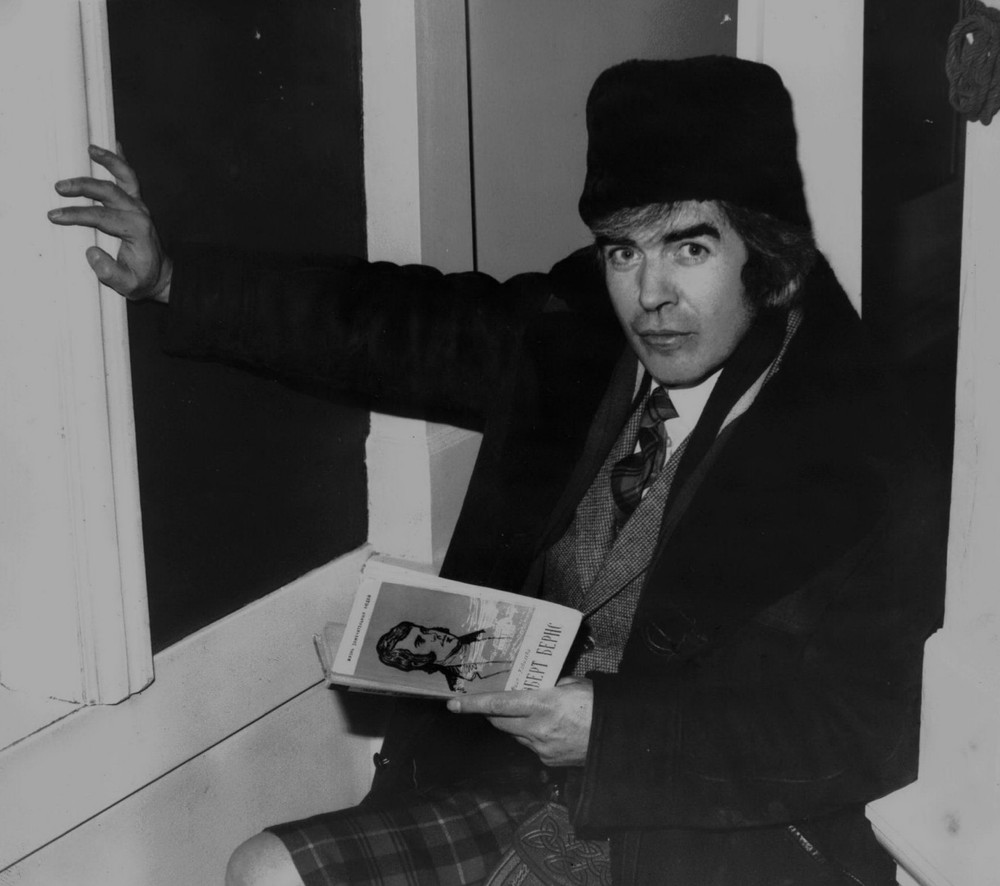 28_John playing Robert Burns in Moscow 1977.jpg
