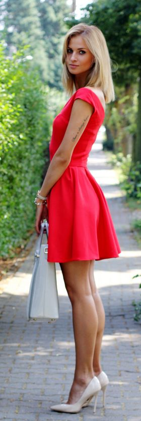 Red dress from Sukienkowo, nude shoes from Deeze and a bag from Paul's Boutique.