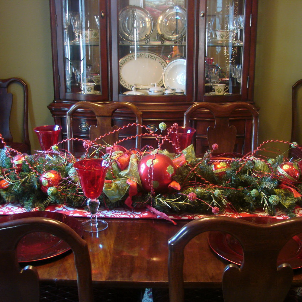 50 stunning christmas table settings style estate for Dining room table ornaments
