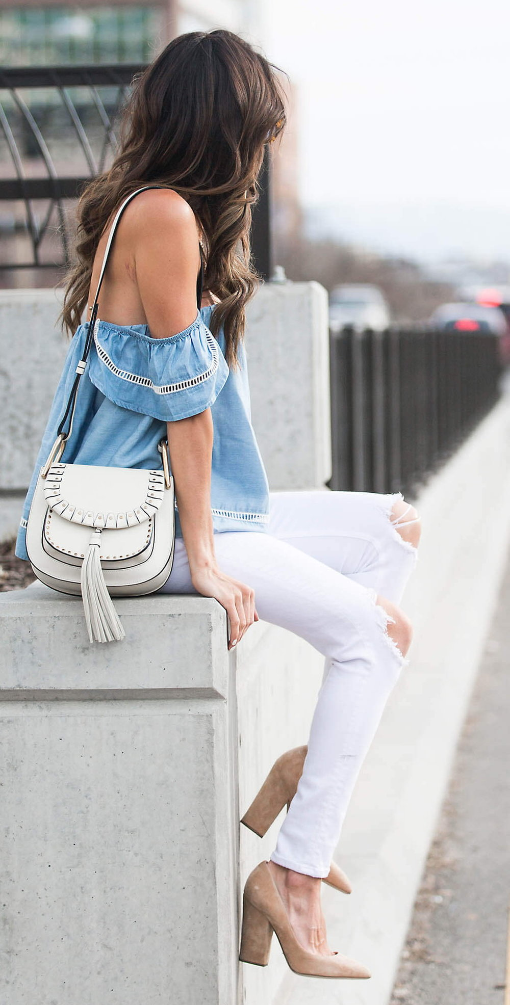 cute outfits with white jeans