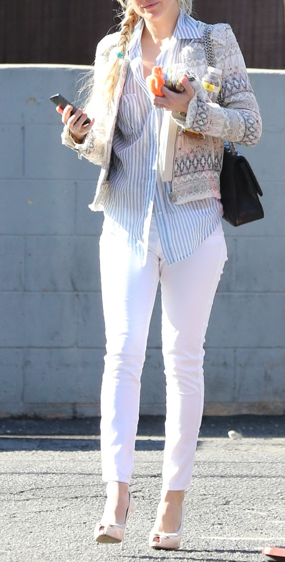 Hudson leaving Lee's Nail Salon after getting a manicure in West Hollywood, California