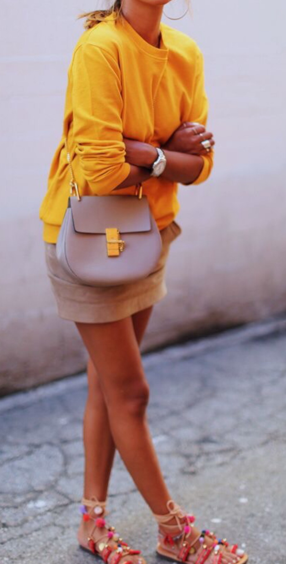 http://www.gofeminin.de/mode-beauty/flache-boho-sandalen-werten-schlichte-looks-auf-sp898173.html
