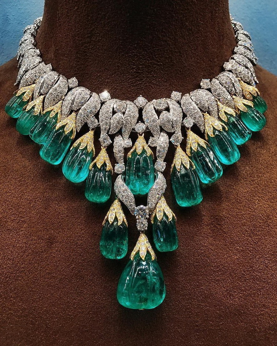 Now that's the way to start the new week! A stunning necklace by @davidwebbjewels #davidwebbjewels #emerald #collar #necklace #emeraldcollar #craftsmanship #emeralds