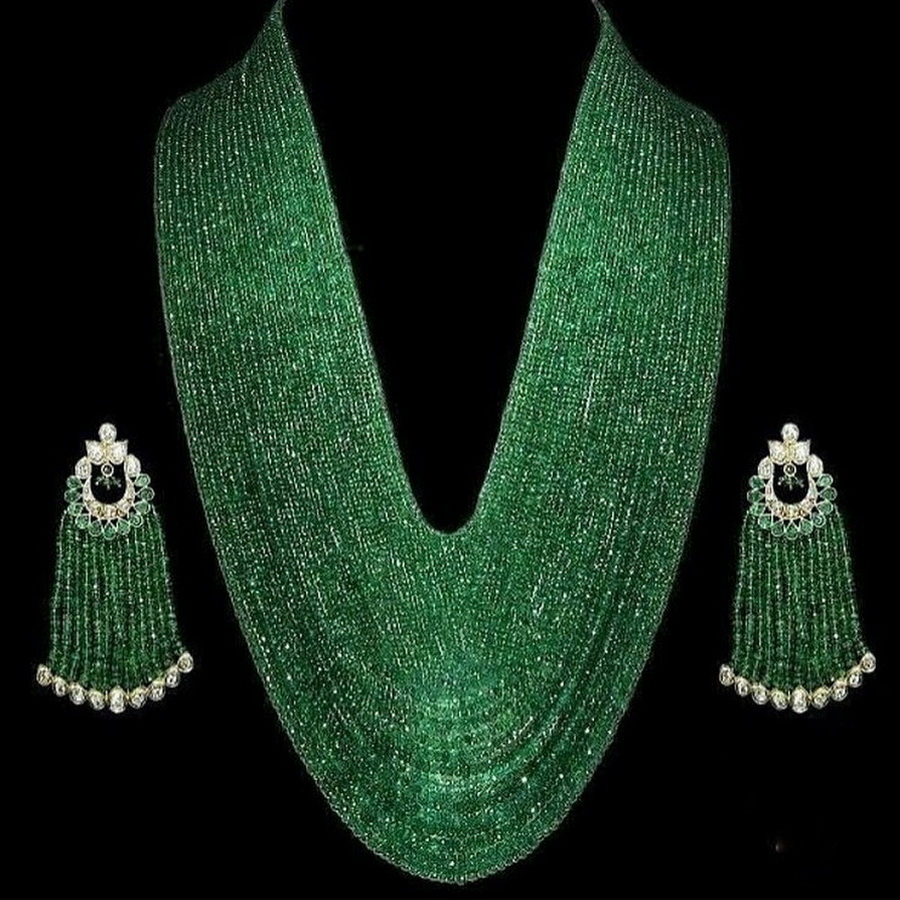 What an exquisite set by @hsyjewellery . #hsyjewellery #emeralds #emeraldnecklace #emeraldearrings #emerald