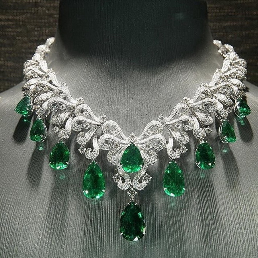 Simply irresistible beauty - a stunning emerald and diamond necklace via @jewelryjournal. . #emeraldnecklace #collar #necklace #emeraldcollar #craftsmanship #emeralds