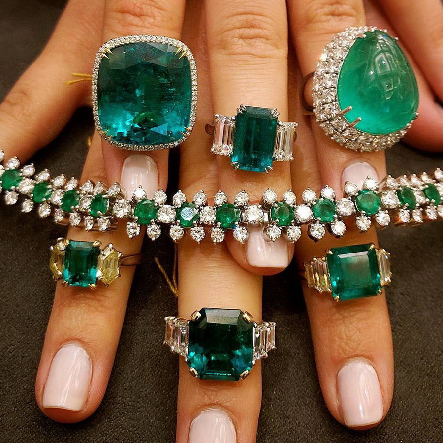 Feeling green with envy of these @bonhams1793 emerald beauties via @carolinefmorrissey. . #bonhams #emerald #emeraldring #ring #emeraldbracelet #emeralds #tierraemeralds