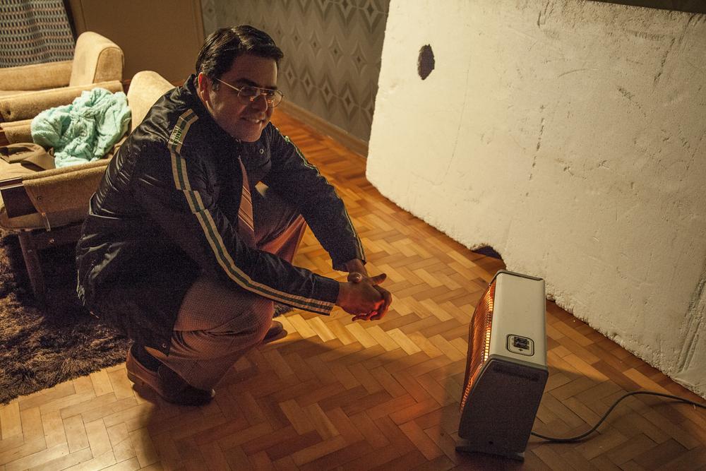 O ator Otto Jr., espantando o frio.