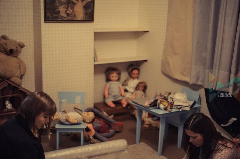 Joana e Vanessa, assistentes de arte e produção de objetos, preparando o set do quarto.
