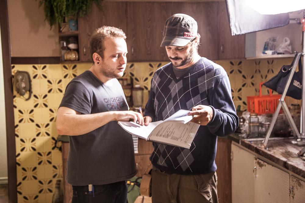 Will Martins, assistente de direção, passando instruções para Bruno Knor, platô.