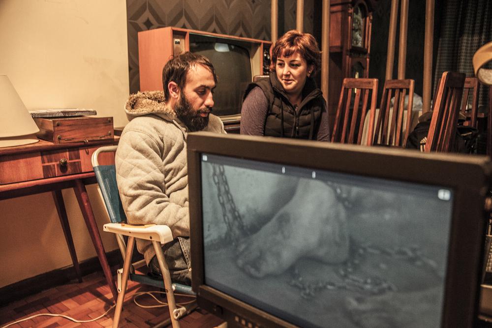 Gustavo de Souza, técnico de som, discutindo as cenas com Cíntia, durante intervalo.