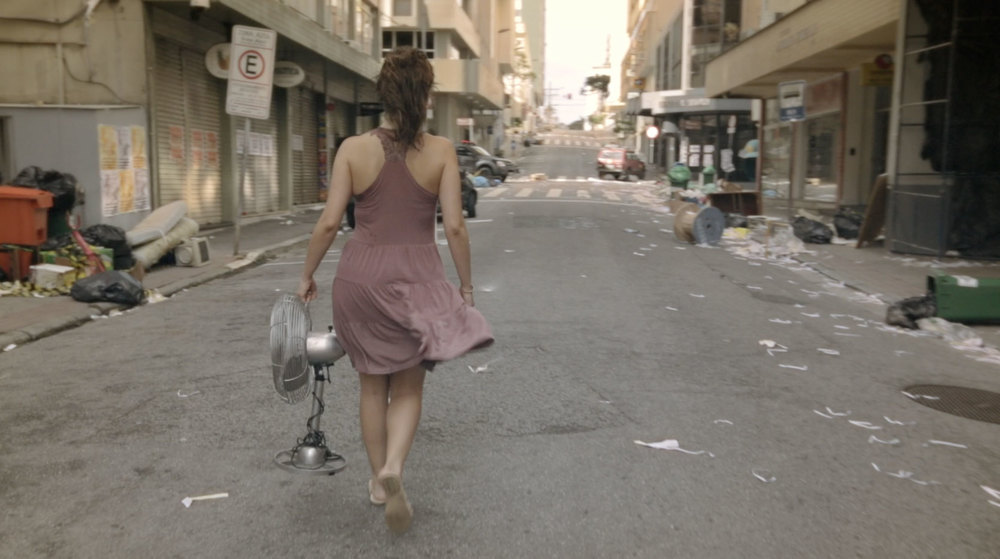 Frame da cena em que Jamila sai para tentar consertar seu ventilador. Essa é a Rua dos Ilhéus, centro de Florianópolis. Rua onde fica a sede da Novelo, também.