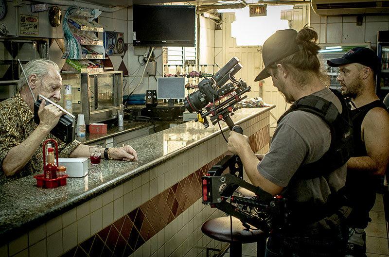 Em cena, o ator Henrique César. Chico (Francisco Orlandi Neto) operando o steadicam e Ivanzinho (Ivan Duarte) acertando o foco.Still pelo novelo Lucas de Barros.
