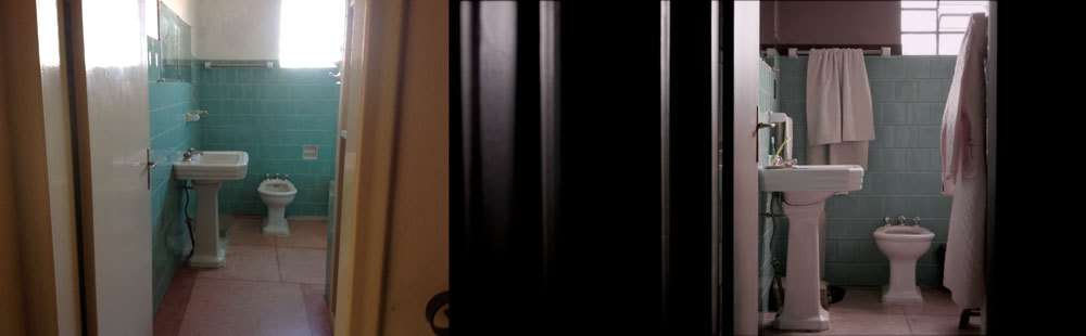 O tom mais escuro na porta, batentes e parede do corredor contribuíram muito para o recorte que eu queria, dentro do enquadramento. A louça do banheiro, o piso, o espelho e os azulejos foram mantidos. A arte entrou com um rosa envelhecido na parede, acompanhado de uma faixa cor de-vinho.