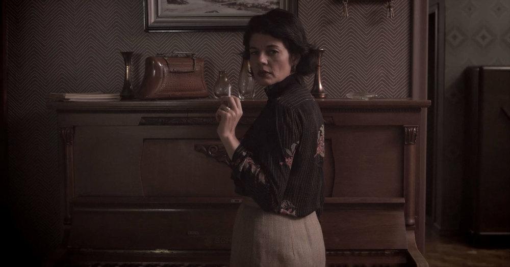 Frame de uma das cenas que acontecem em torno do piano. Aqui, já com a cor corrigida pelo Alan. Nesse momento, Geórgia (Liz Comerlatto) é surpreendida pela mãe (Gilda Nomacce), em cena.