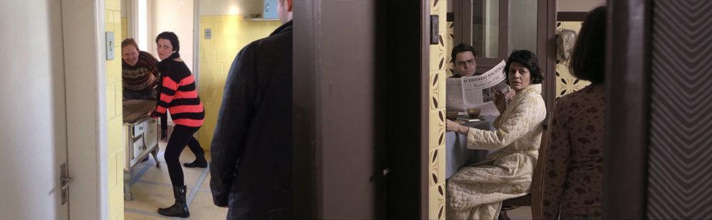 Mesmo considerando a diferença entre as lentes, dá pra ter uma ideia da transformação da cozinha. Os batentes e portas foram pintados de marrom escuro, foi colocada uma porta lá no fundo, o fogão a lenha foi removido, os azulejos foram decorados com adesivos em vinil, a parte de cima da parede foi pintada em um tom capuccino, enfim... até o interruptor foi substituído. Ah, na primeira imagem temos o Dicezar, a Carol e o Will, simulando a posição dos atores para o estudo do enquadramento. Eu falei que nunca ia postar foto alguma desses momentos, mas precisei aqui. :). Na cena do filme, temos os atores Otto Jr., Gilda Nomacce e Liz Comerlatto, de costas.